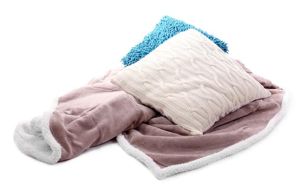 Biało-niebieskie poduszki i kolorowa krata na białym tle
