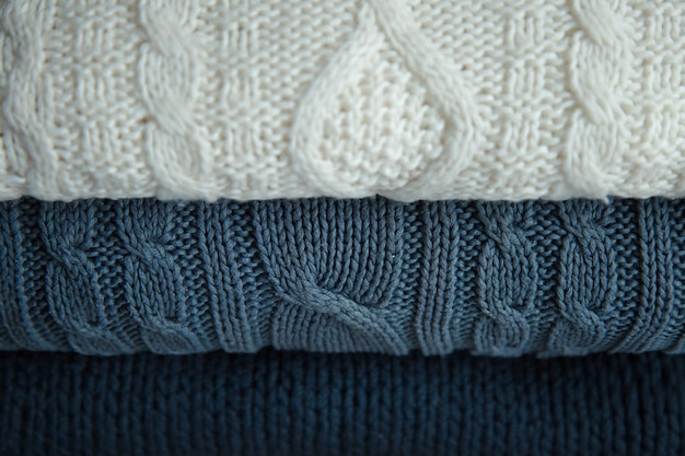 Biało-niebieskie swetry