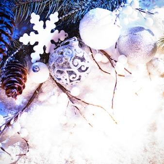 Biało-srebrny świąteczny wystrój z niebieskim światłem
