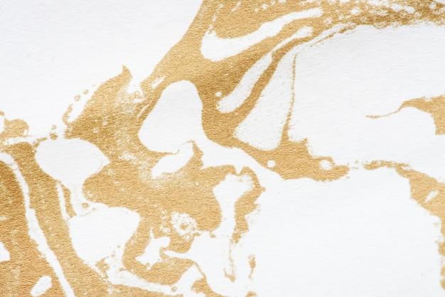 Biało-złota, płynna farba marmurkowa z teksturą tła