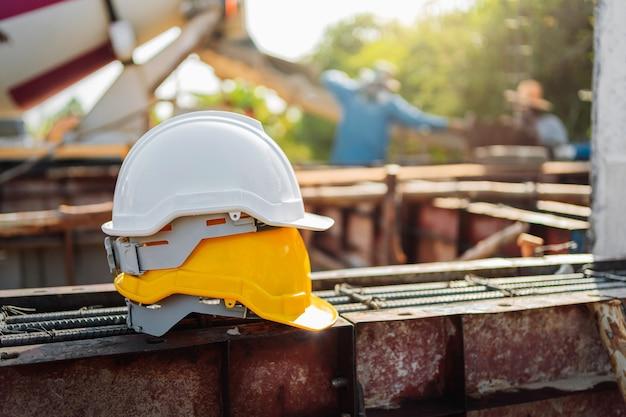 Biało-żółty hełm na stali w budowie