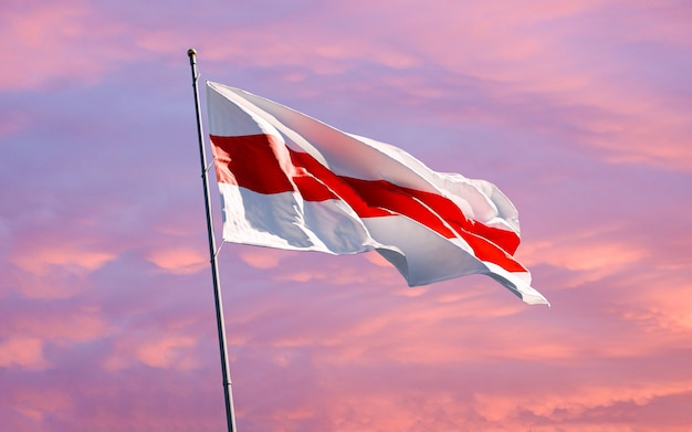 Białoruska biało czerwono biała flaga narodowa. nowy symbol pokojowych protestów na białorusi.
