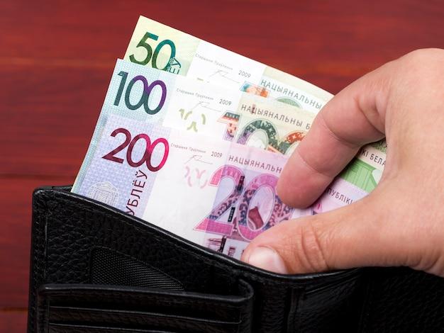 Białoruski rubel pieniężny w czarnym portfelu