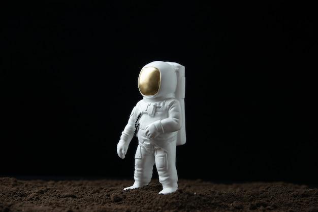 Biały astronauta na księżycu na ciemnej fantazji science fiction