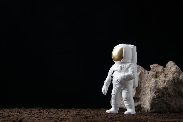 Biały astronauta na księżycu w mrocznej fantazji science fiction