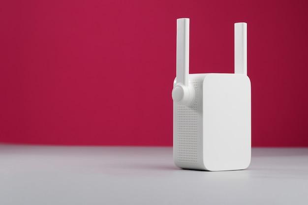 Biały bezprzewodowy repeater wifi. skopiuj miejsce.