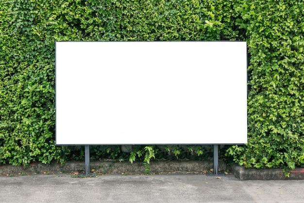 Biały billboard na wiosny lata zieleni liściach