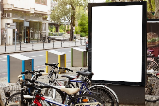 Biały billboard z miejscem do kopiowania informacji publicznych