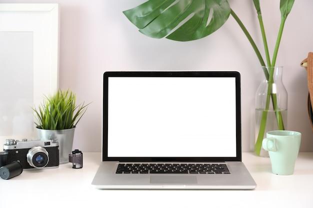 Biały biurko obszaru roboczego z makiety laptopa
