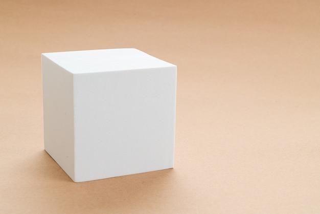 Biały blok w goleniu geometrii