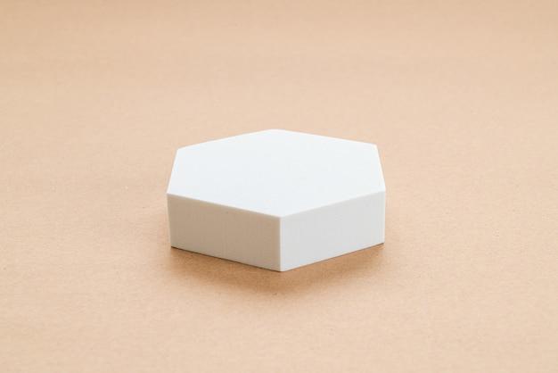 Biały blok w goleniu geometrycznym