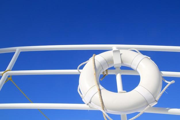 Biały boja łodzi powieszony w poręczy letnie błękitne niebo