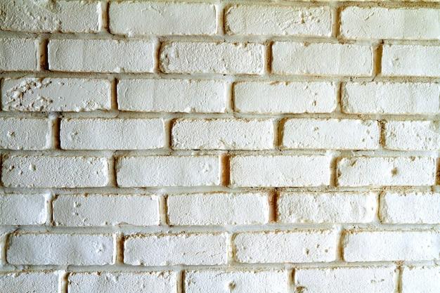 Biały ceglany mur z cieniami, tekstura tło