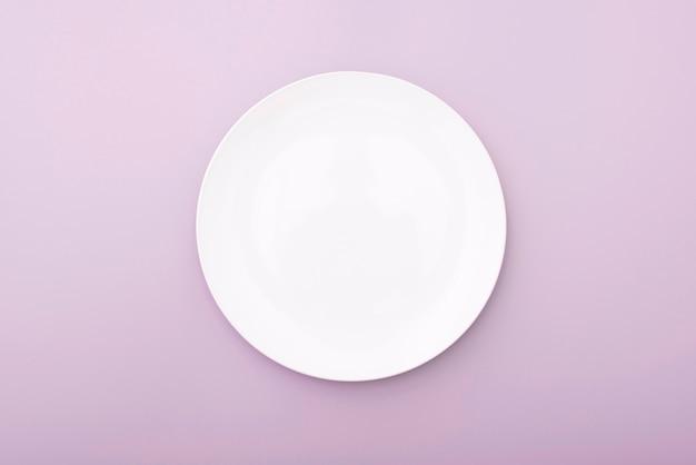 Biały ceramiczny talerz na menchia stole, odgórny widok biały naczynie. okrągły talerz, miska.