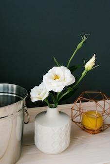 Biały ceramiczny wazon i sztuczny biały kwiat eustoma dekor w jadalni