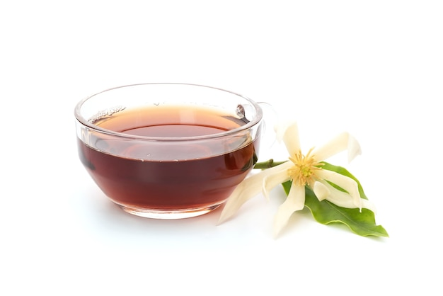Biały champaca lub michelia alba kwiat i herbata na białym tle.