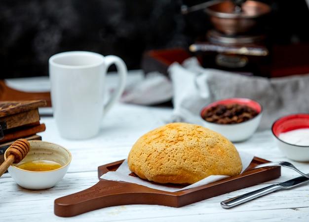 Biały chleb na biurku z bocznym miodem pitnym
