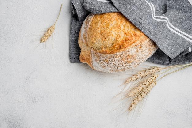 Biały chleb owinięty w niebieski materiał kuchenny