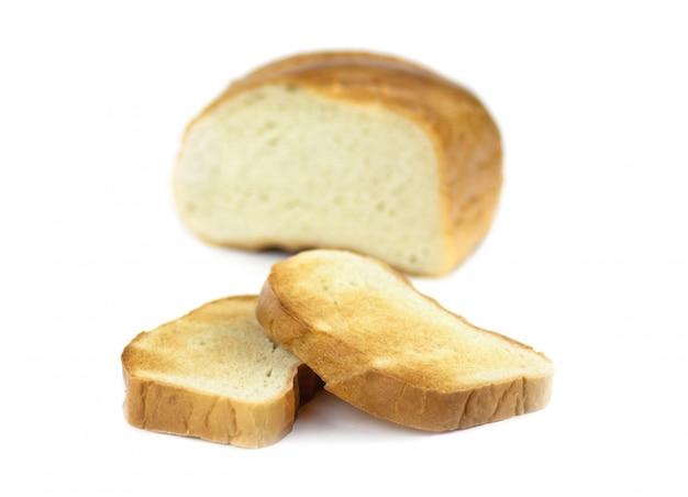 Biały chleb, pokrojony na kawałki i pieczony w tosterze.