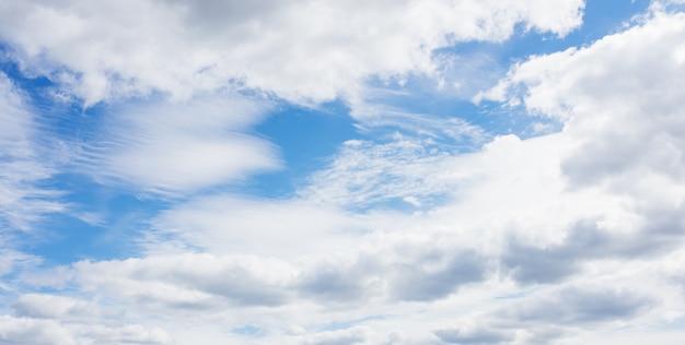 Biały chmur pierzastych, piórkowate chmury przeciw wiosny jaskrawemu błękitnemu chmurnemu niebu na słonecznym dniu w anglia