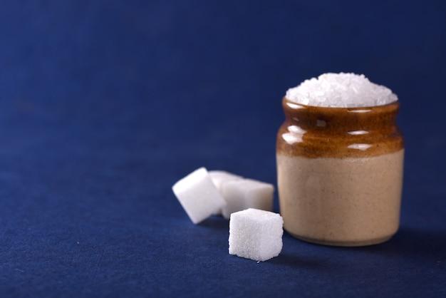 Biały cukier granulowany na niebiesko