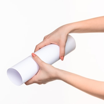 Biały cylinder rekwizytów w kobiecych rękach na białym tle