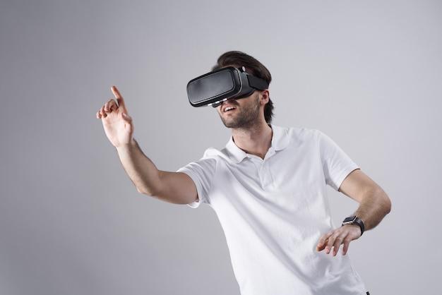 Biały człowiek pozuje w rzeczywistości wirtualnej odizolowywającej.