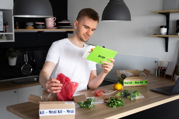 Biały człowiek rozpakuj online dostawa żywności do domu. pudełko z zapakowanym tuńczykiem, krewetkami w kuchni. usługi dostawy żywności.