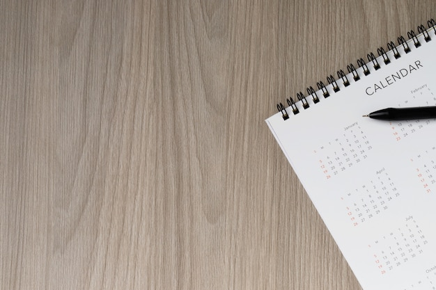 Biały czysty kalendarz na stałym żółtym tle z miejscem na kopię, harmonogram spotkań biznesowych