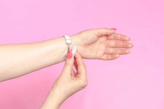 Biały damski zegarek na rękę na dłoni dziewczyny