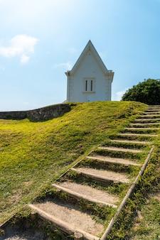 Biały dom w parku przyrody saint jean de luz o nazwie parc de sainte barbe, col de la grun we francuskim kraju basków