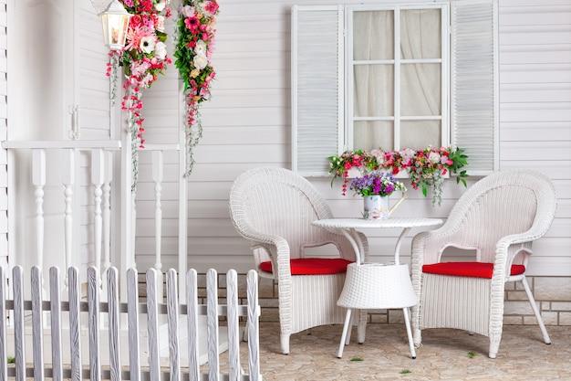 Biały dom w stylu prowansalskim ozdobiony kwiatami. letnia rezydencja