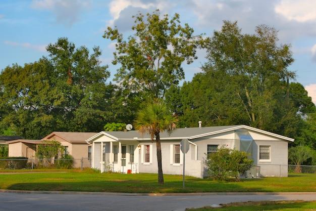 Biały dom z drzewami, floryda, usa