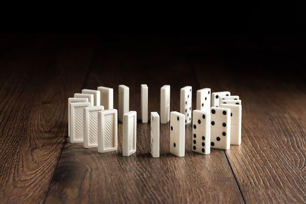 Biały domino na brązowym drewnie