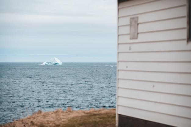 Biały drewniany dom blisko morza