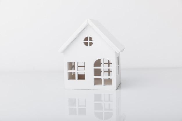 Biały drewniany dom na białym tle