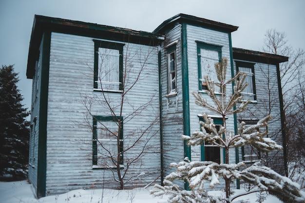 Biały drewniany dom w ciągu dnia