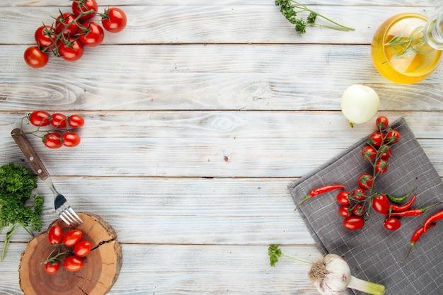 Biały drewniany stół z jedzeniem i składnikami