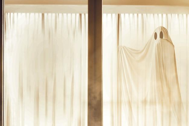 Biały duch nawiedza opuszczony dom koncepcja halloween