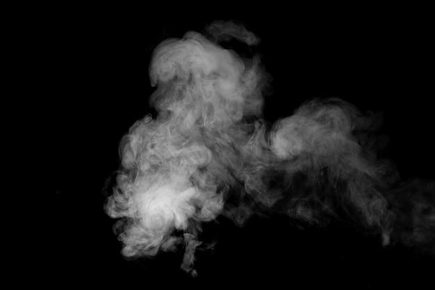 Biały dym lub para na czarnym tle.
