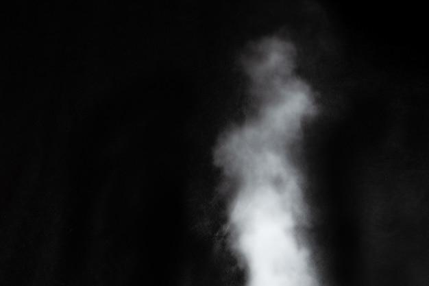 Biały dym na białym tle na czarnym tle. obraz dymu.