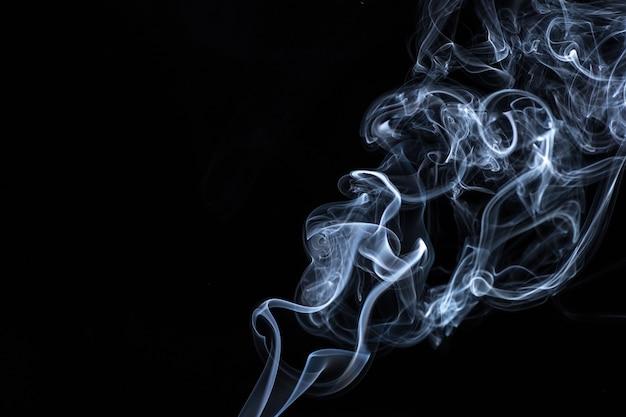 Biały dym na czarnej powierzchni