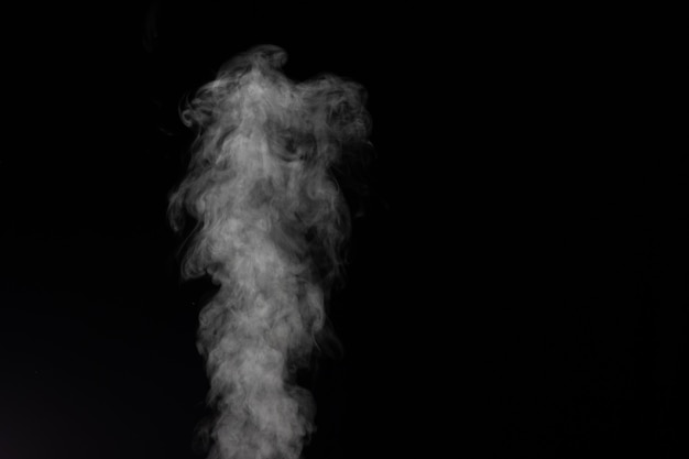 Biały dym na czarnym tle. wyobrażony dym na ciemnym tle.