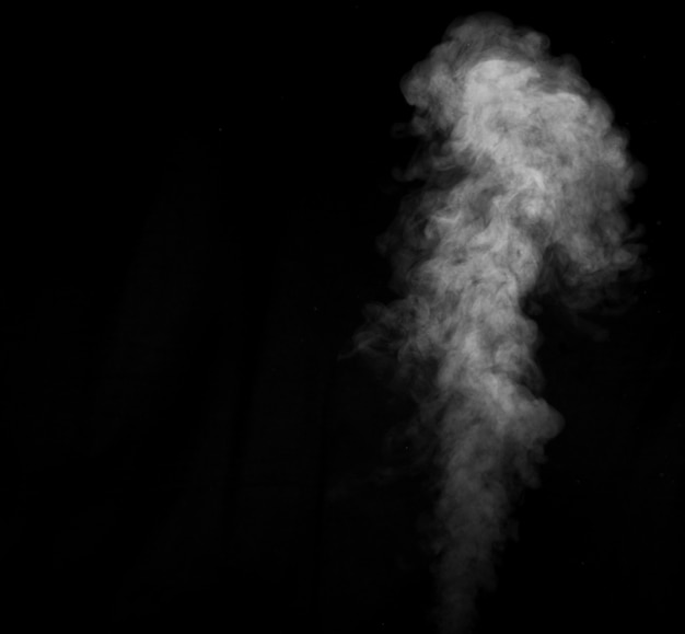 Biały dym na czarnym tle. wyobrażony dym