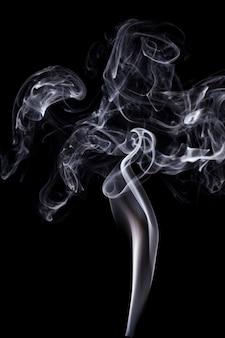 Biały dym na czarnym tle.