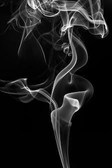 Biały dym streszczenie na czarnym tle