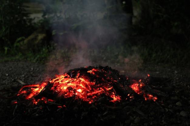 Biały dym z czerwonego ognia.