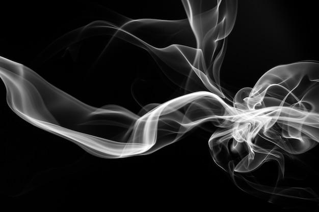 Biały dymny abstrakt na czarnym tle, pożarniczy projekt