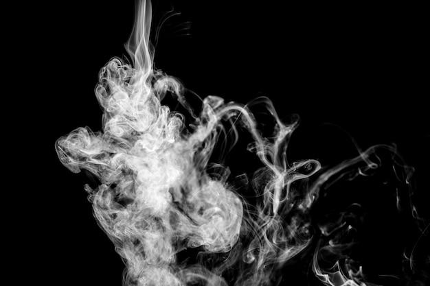 Biały falisty dym na czarnym tle