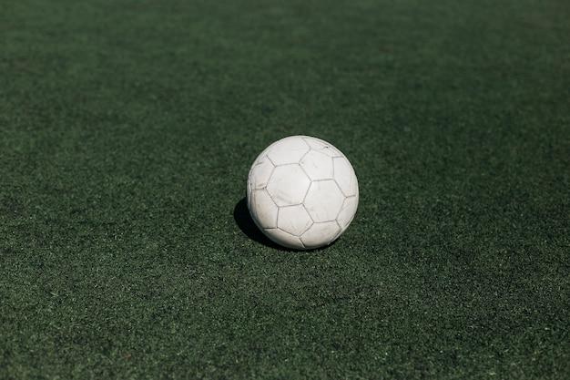 Biały futbol na polu